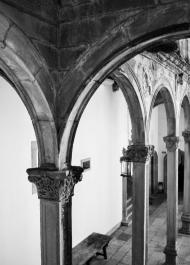 b-Courtyard arches Parrador